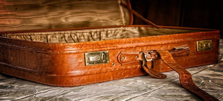 pack and move souvenirs - suitcase