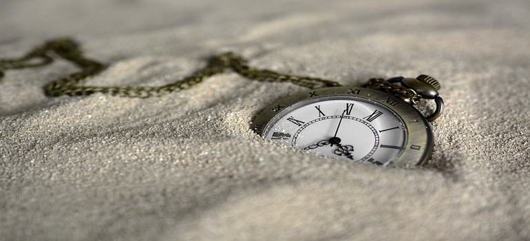 a clock in the sand