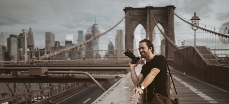 Photographer in front of the Brooklyn Bridge